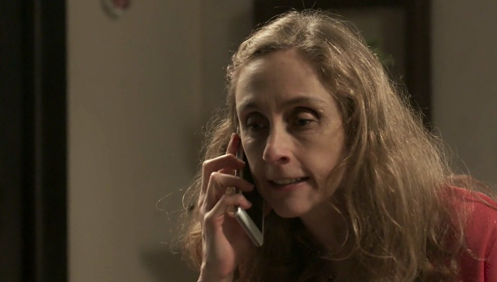 Em 'A Força do Querer', Jacy (Betty Gofman) liga para Rubinho (Emilio Dantas) para reclamar de Bibi (Juliana Paes) — Foto: Globo