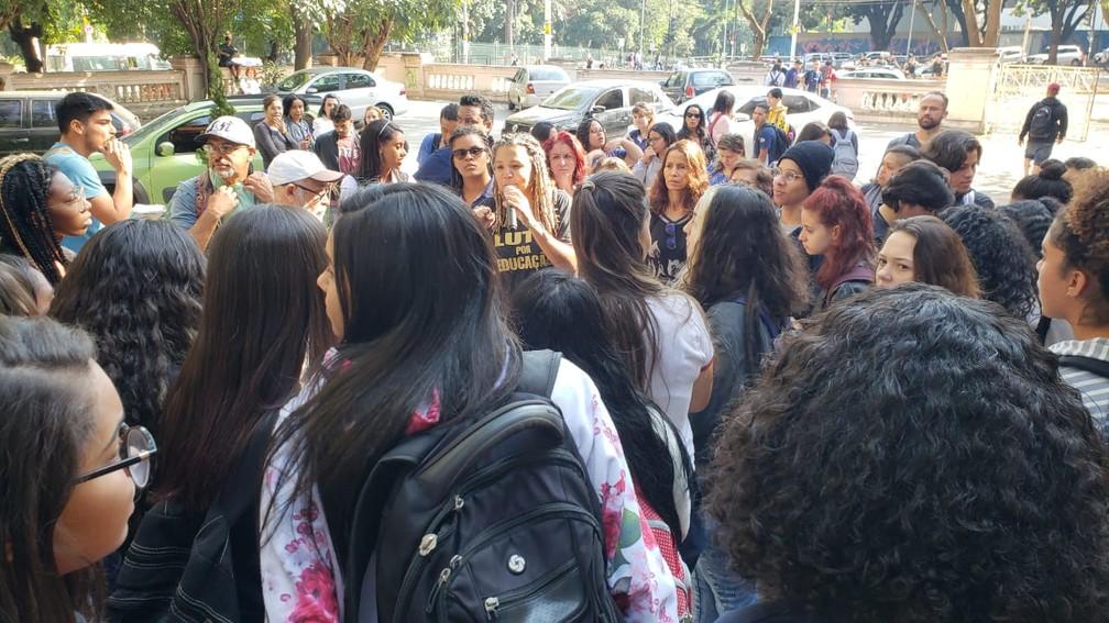 Alunos e professores fazem manifestação contra fusão de turmas em escola de BH — Foto: Raquel Freitas/G1
