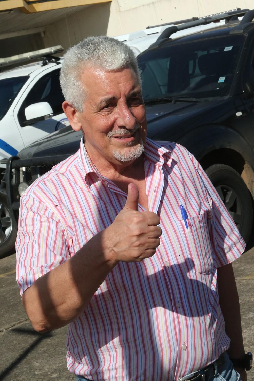 O ex-diretor do Banco do Brasil Henrique Pizzolato acena após deixar a prisão (Foto: André Dusek/Estadão Conteúdo)
