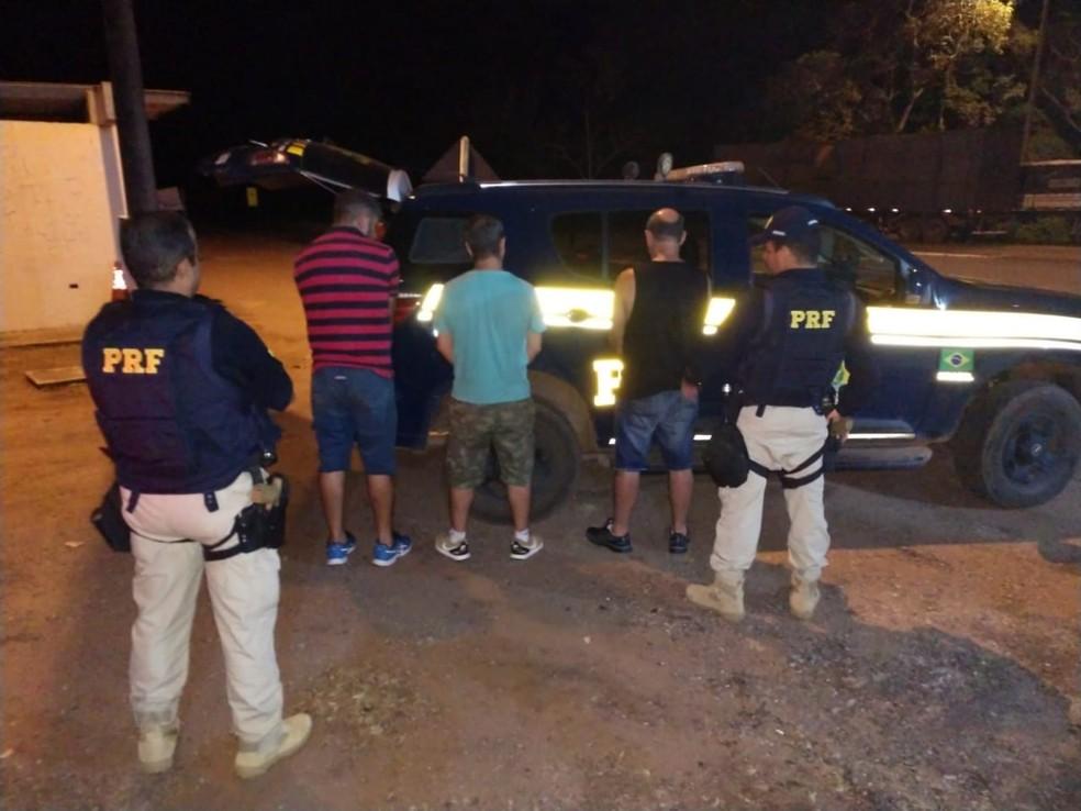 Suspeitos foram presos com mais de R$ 4 milhões e levados à PF em Cuiabá — Foto: Polícia Rodoviária Federal de Mato Grosso/Assessoria