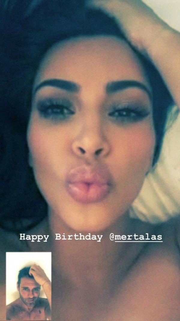 A selfie de topless enviada por Kim Kardashian ao fotógrafo Mert Alas como presente de aniversário (Foto: Instagram)