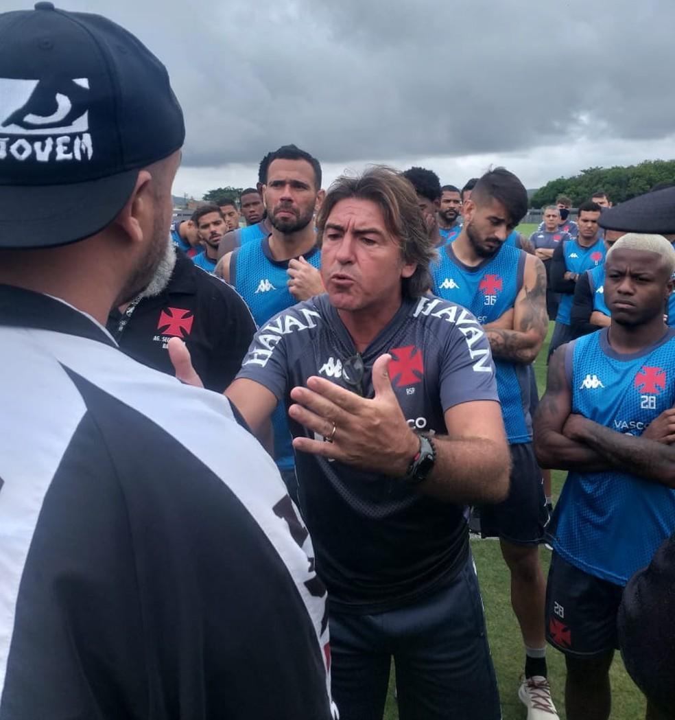 Membros de organizada entram em CT do Vasco para cobrar elenco, e Ricardo Sá Pinto conversa com torcedor — Foto: Reprodução