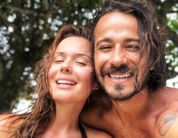 A atriz Graziella contou sobre a gravidez em foto ao lado do companheiro, o cantor Leal Melo (Foto: Reprodução Instagram)