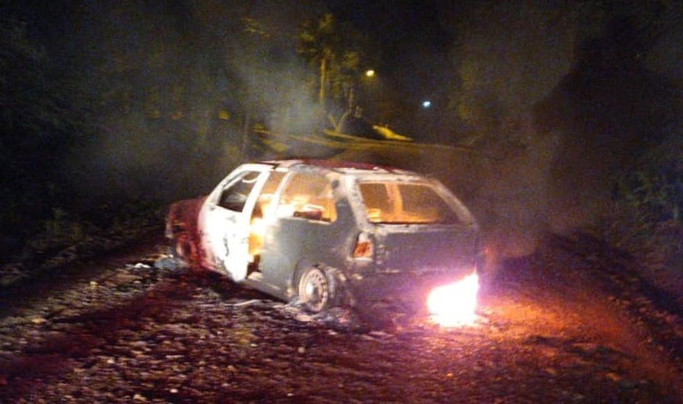 Carro furtado na segunda (7) foi queimado — Foto: Divulgação/BM