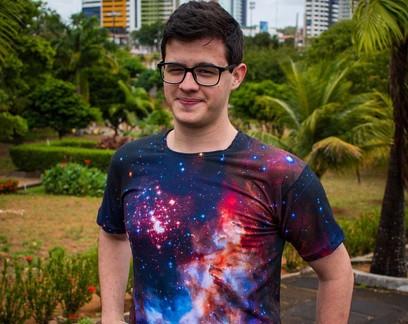 Estudante de física cria loja de camisetas estampadas com fotos da galáxia
