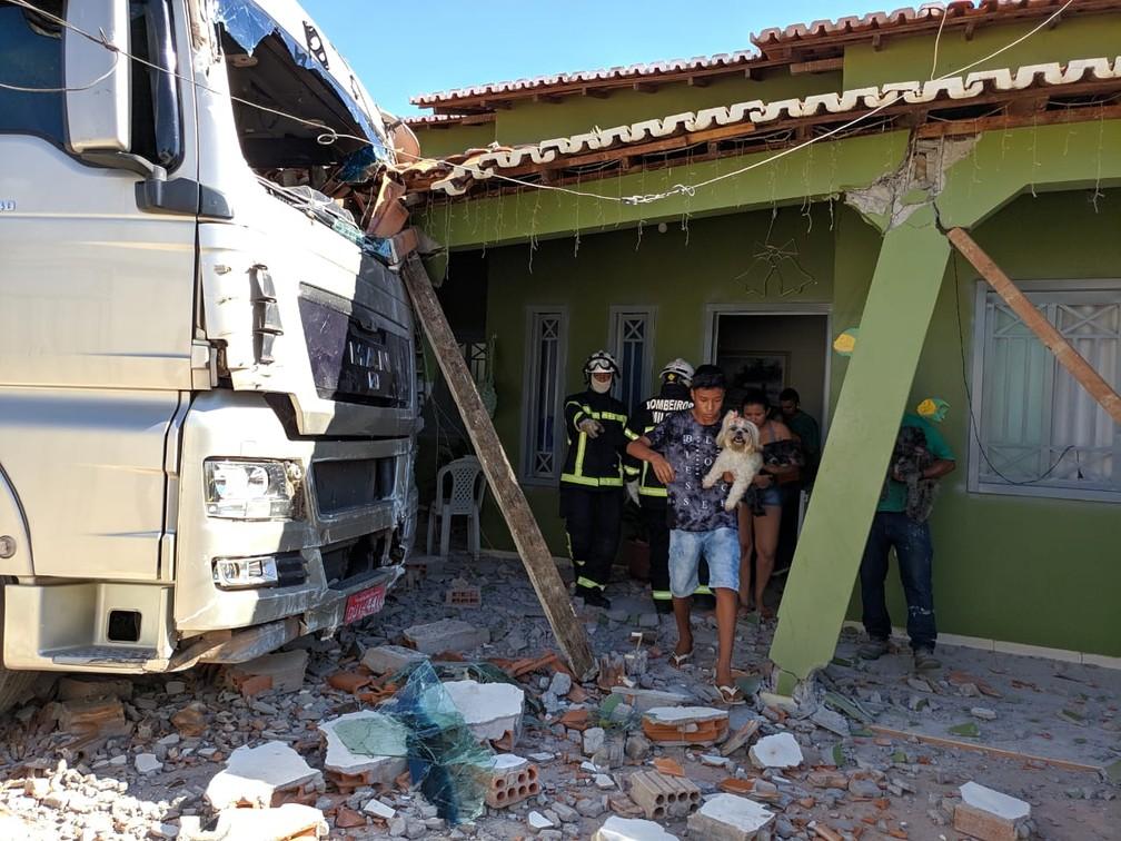 Os moradores da casa não estavam dentro do imóvel — Foto: Blog do Braga