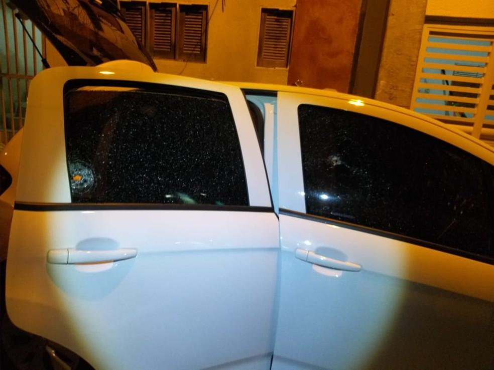 Corpo do suposto assaltante foi encontrado dentro de um Citroen, abandonado na Rua Dr Celso Ramalho, no bairro de Lagoa Seca — Foto: Redes Sociais
