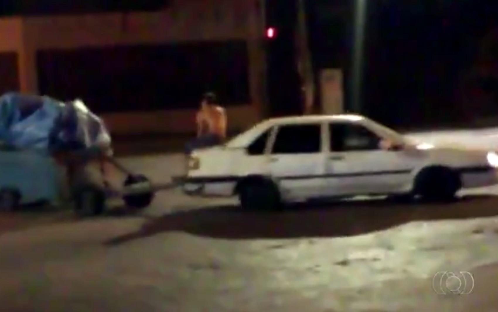 Carro é filmado puxando cerca de 30 carretinhas no Centro de Goiânia; veja vídeo