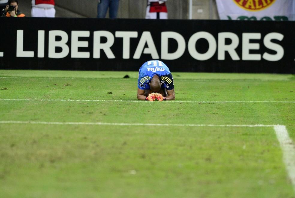 Jailson se lesionou nas cobranças de pênaltis, contra o Barcelona de Guayaquil (Foto: Marcos Ribolli)