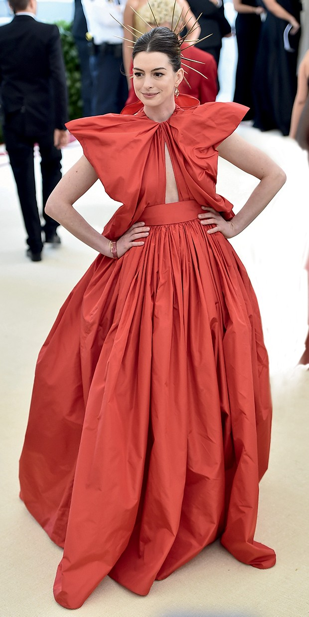 Ucha Meirelles Alta-Costura - (Anne Hathaway e Frances  McDormand no baile do Met Gala em 2018) (Foto: Getty Images)