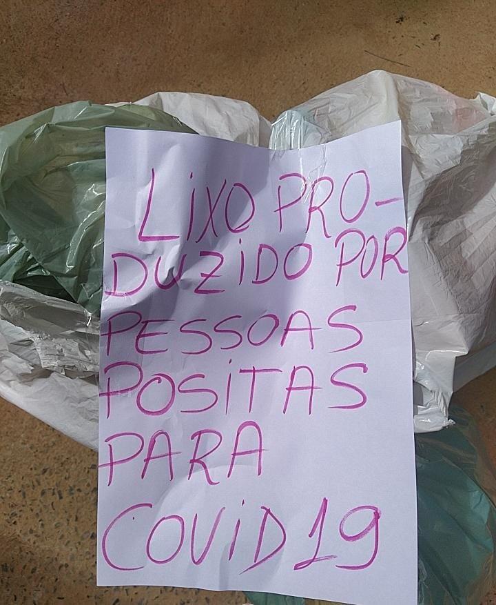 Em quarentena, enfermeiro deixa recado no lixo para alertar coletores: 'Lixo produzido por pessoas positivas para a Covid-19'