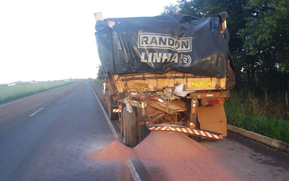 Caminhão foi atingido na traseira por ônibus na BR-060, entre Rio Verde e Jataí — Foto: PRF/Divulgação