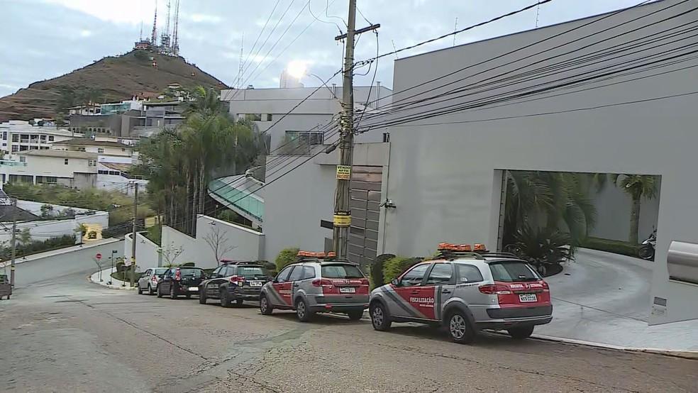 Mansão no bairro Belvedere é um dos alvos — Foto: Reprodução/TV Globo