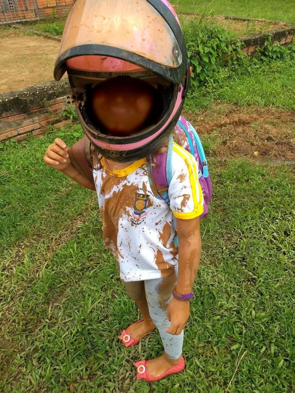 Criança caiu quando o pai tentou desviar um buraco e tomou um banho de lama (Foto: Arquivo pessoal)