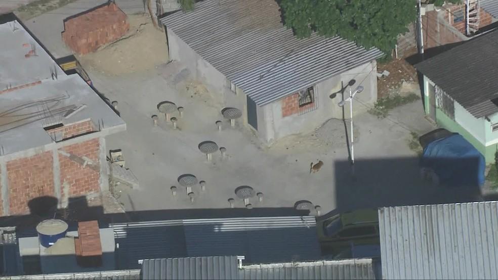 Mesas de alvenaria foram as únicas coisas que sobraram da área de lazer; uma delas ficou grudada à parede da construção irregular — Foto: TV Globo