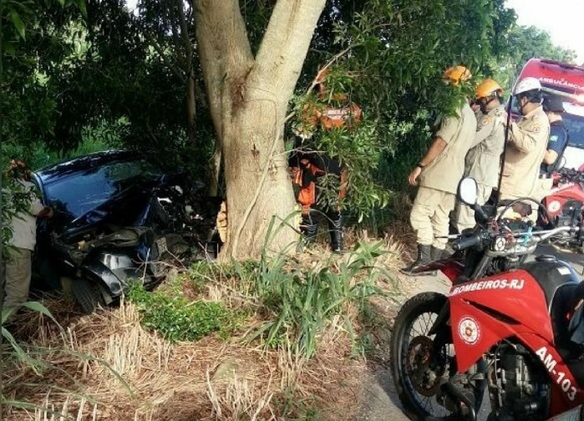 Motorista morre após carro bater em árvore na RJ-238, em Campos