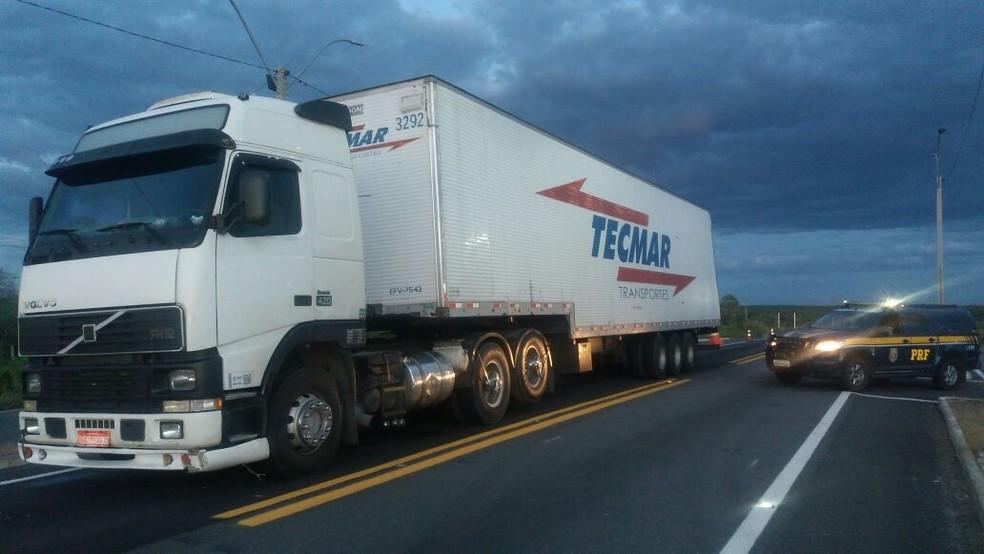 Caminhão roubado foi recuperado em Assu, na região Oeste do RN (Foto: PRF/Divulgação)