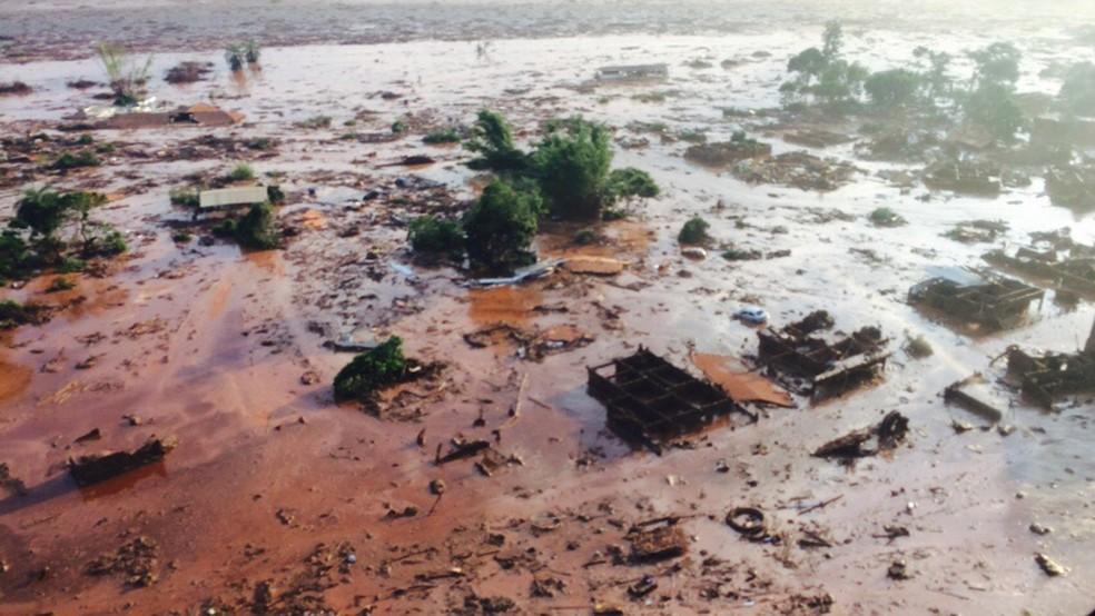 Rompimento da barragem de Fundão, em Bento Rodrigues, distrito de Mariana — Foto: Luis Eduardo Franco / TV Globo