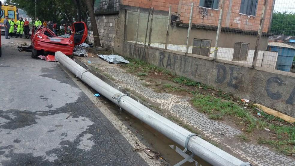 Veículo derrubou poste com impacto em Guarulhos: três pessoas morreram (Foto: Divulgação/Polícia Rodoviária Federal)