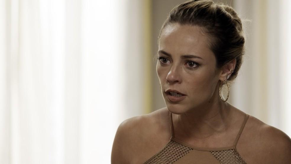 Em 'A Força do Querer', Jeiza (Paolla Oliveira) fica chocada ao ouvir pedido de Rita (Isis Valverder) — Foto: Globo