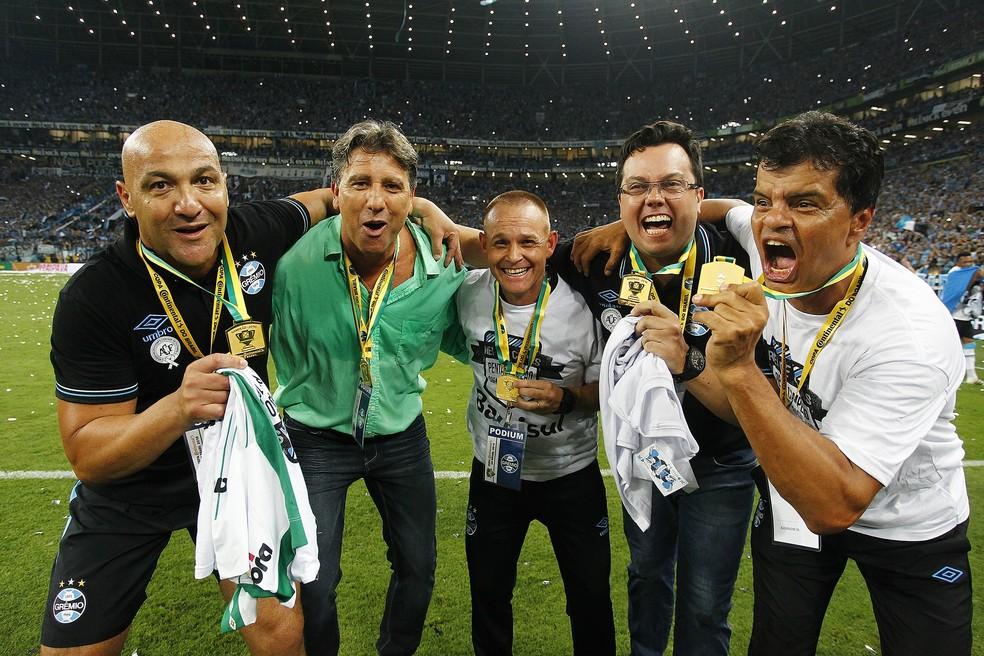 """Camiseta branca com o título """"Rei de Copas"""" foi lançada após penta da Copa do Brasil (Foto: Lucas Uebel/Grêmio)"""