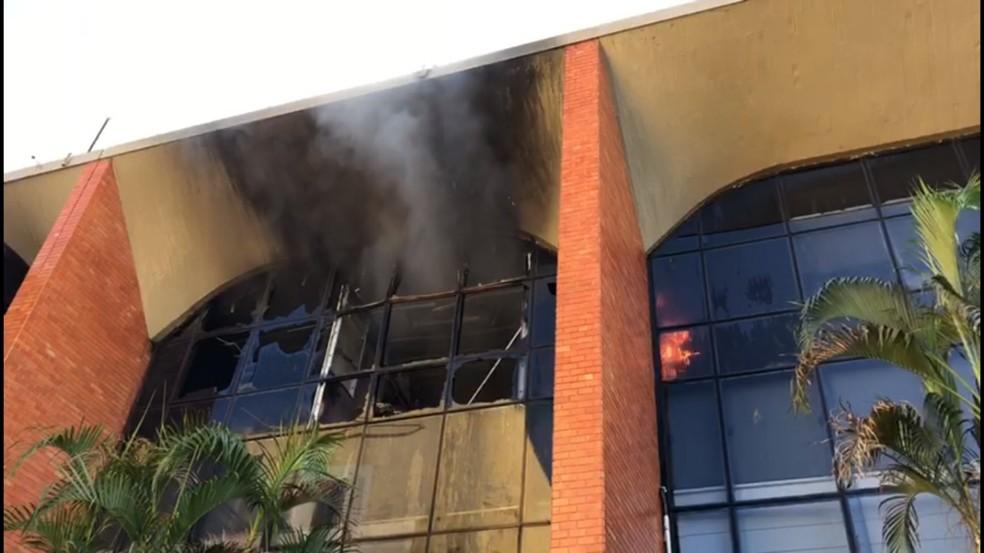 Chamas atingiram piso superior do Tribunal de Justiça (Foto: Heitor Moreira / TV Anhanguera)