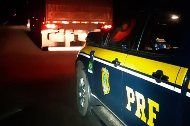 Caminhoneiros são presos na Via Dutra por adulterar placas dos veículos para fugir da fiscalização