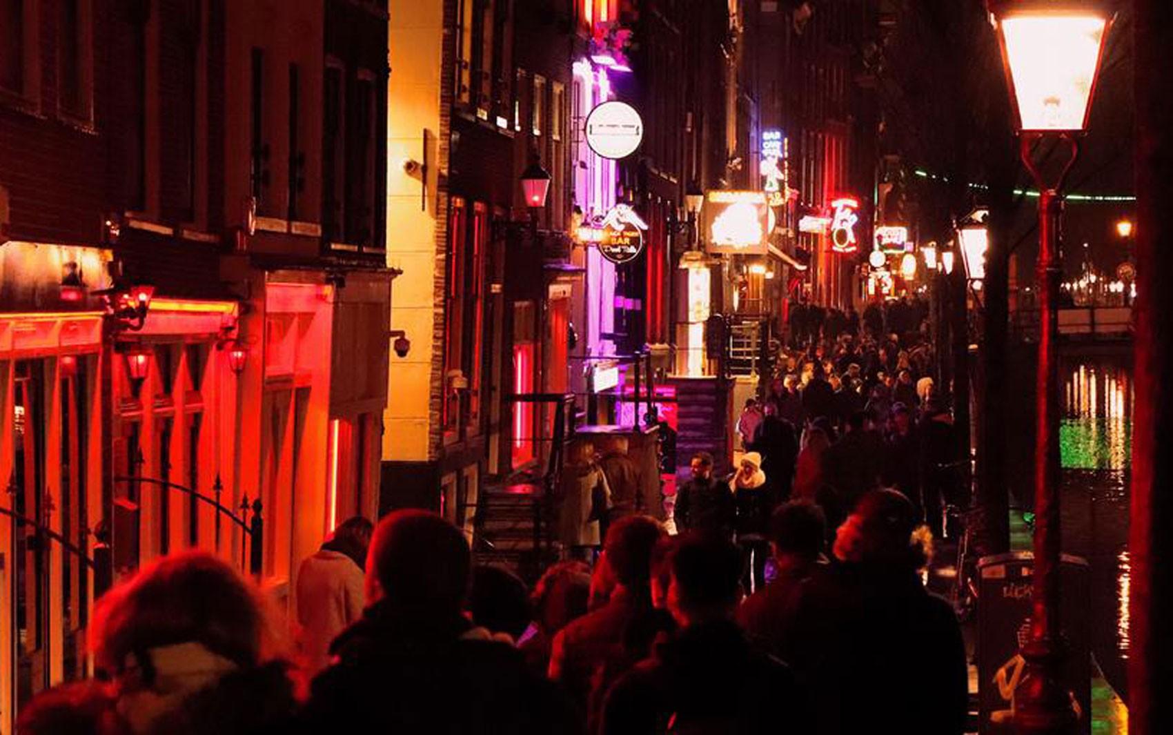 Amsterdã proíbe tours guiados no Bairro da Luz Vermelha