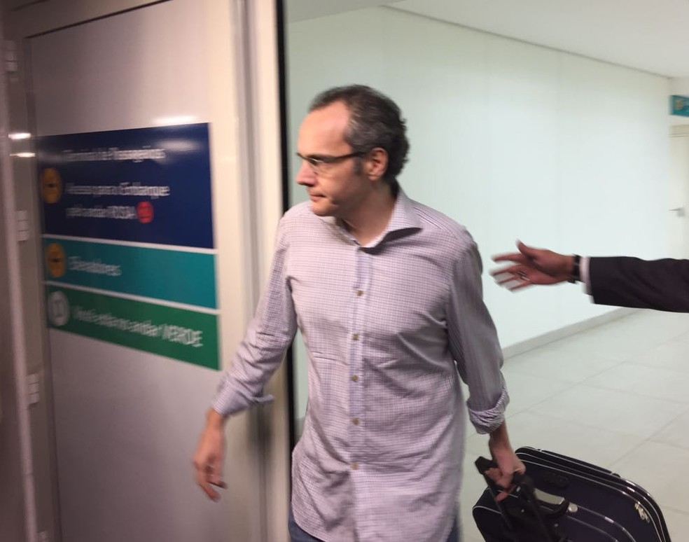 Lúcio Funaro desembarcou no Aeroporto de Viracopos, em Campinas (SP), nesta terça-feira (19) (Foto: Helen Sacconi/EPTV)