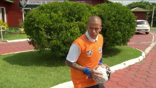 """Marcos Júnior se veste de Kuririn, """"solta"""" golpe e promete seguir comemoração"""