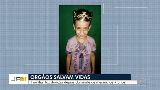 Corpo de menino que morreu após ser baleado enquanto brincava com arma é enterrado em Goiás