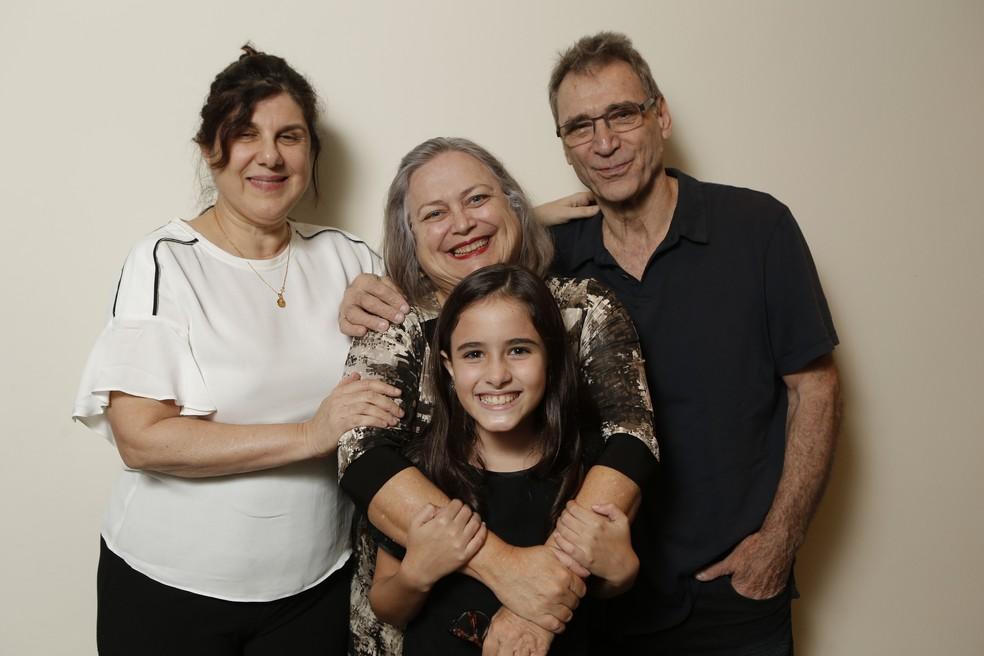 Autora da novela, Maria Helena Nascimento, posa com Cristina Müllins, Herson Capri e Lara Cariello (Foto: Felipe Monteiro / Gshow)