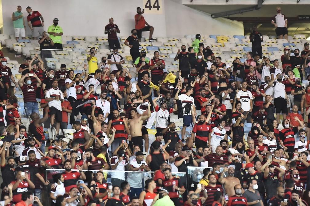 Mesmo com fiscais da Prefeitura, torcida do Flamengo se aglomera em setor do Maracanã