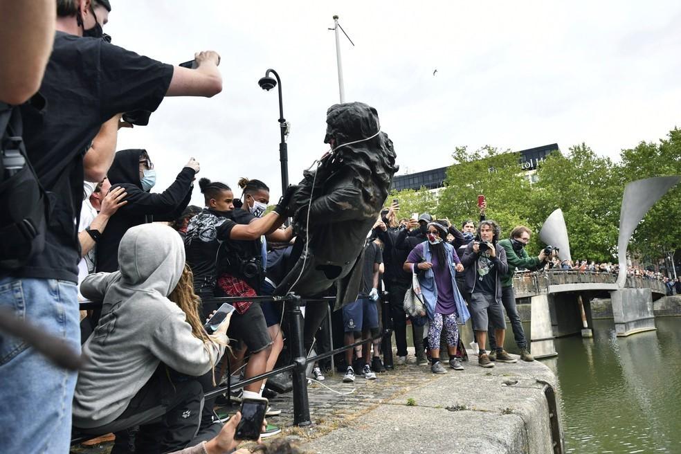 Quatro pessoas se declaram inocentes de derrubada de estátua de comerciante de escravos na Inglaterra