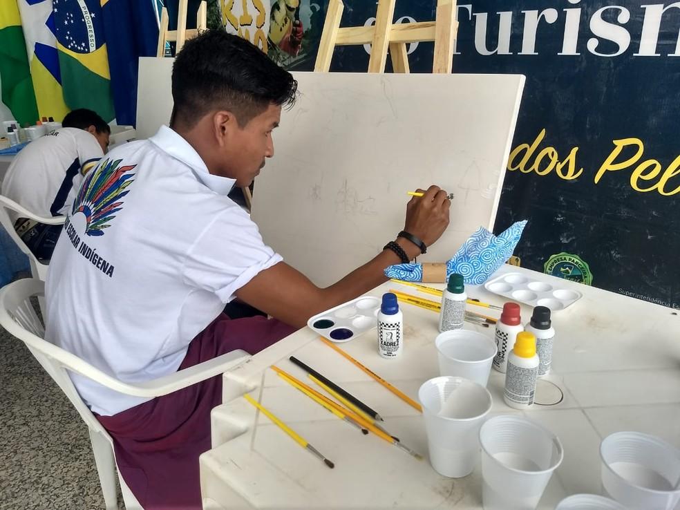 Alunos de escolas estaduais pintaram telas em frente ao Palácio Rio Madeira — Foto: Diêgo Holanda/G1
