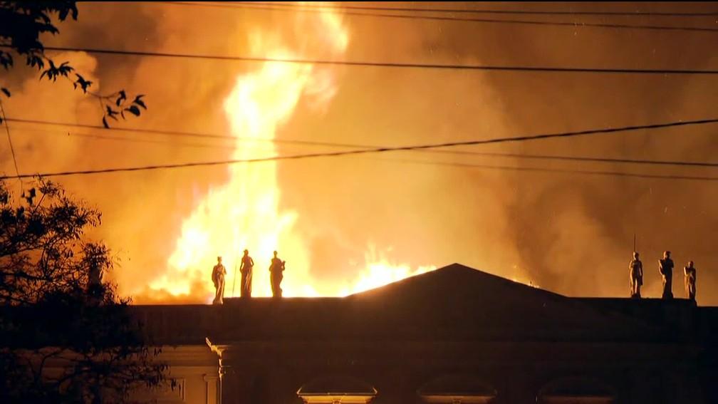 Incêndio de grandes proporções atinge o Museu Nacional, na Quinta da Boa Vista, em São Cristóvão, Zona Norte do Rio, na noite deste domingo (2).  (Foto: Reprodução/TV Globo)