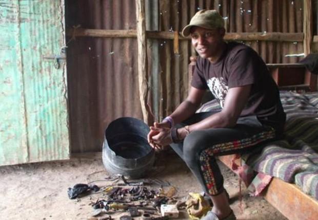 """""""Comecei a aprender sobre eletrônica desmontando as coisas"""", diz Richard, em meio a componentes e ferramentas dentro de casa (Foto: BBC)"""
