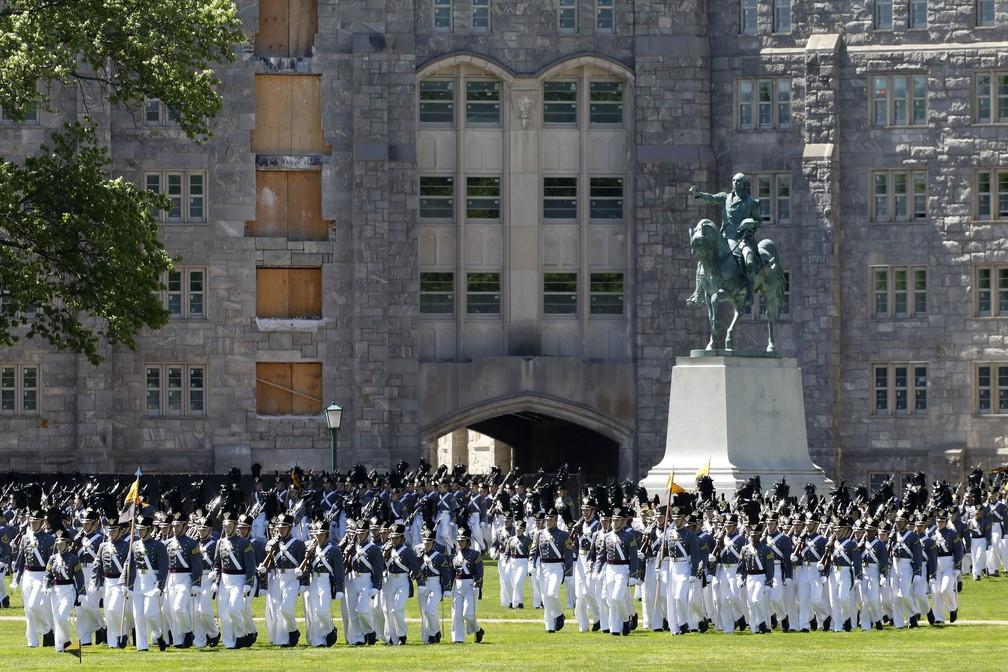 Apesar dos avanços, a violência sexual e o assédio têm sido problemas tão persistentes que West Point suspendeu as aulas por um dia, em fevereiro, para que toda a academia pudesse se concentrar neles.  — Foto: Mark Lennihan/AP