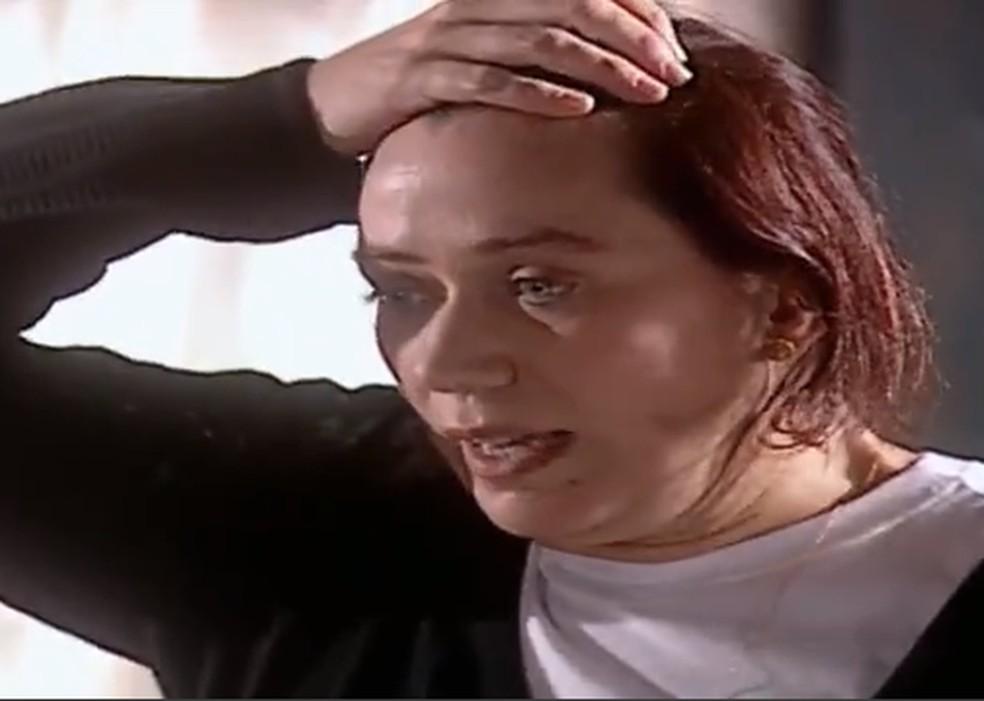 O desespero de Ingrid (Lilia Cabral) ao ver que Íris (Deborah Secco) é capaz de tudo, até de matar o próprio pai, em 'Laços de Família' — Foto: TV Globo