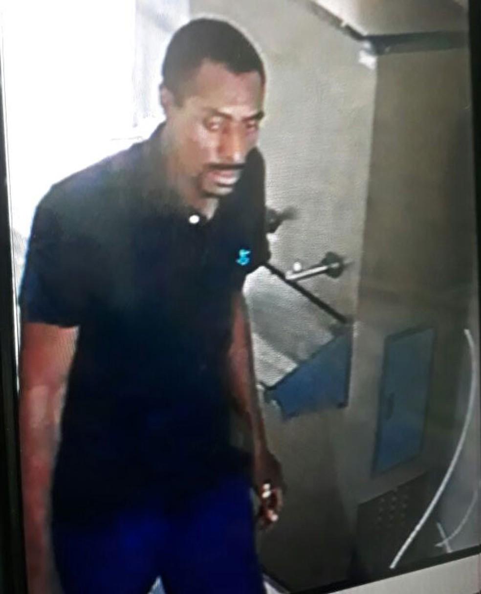 Circuito de câmeras do colégio registrou imagens do homem que invadiu o prédio quando fugia da polícia. PM cercou a escola e fez varredura em todas as salas, mas homem não foi encontrado (Foto: Reprodução)