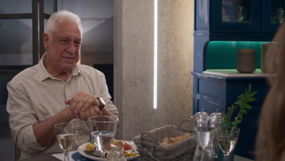 Alberto (Antonio Fagundes) janta com Paloma (Grazi Massafera) em 'Bom Sucesso' — Foto: TV Globo