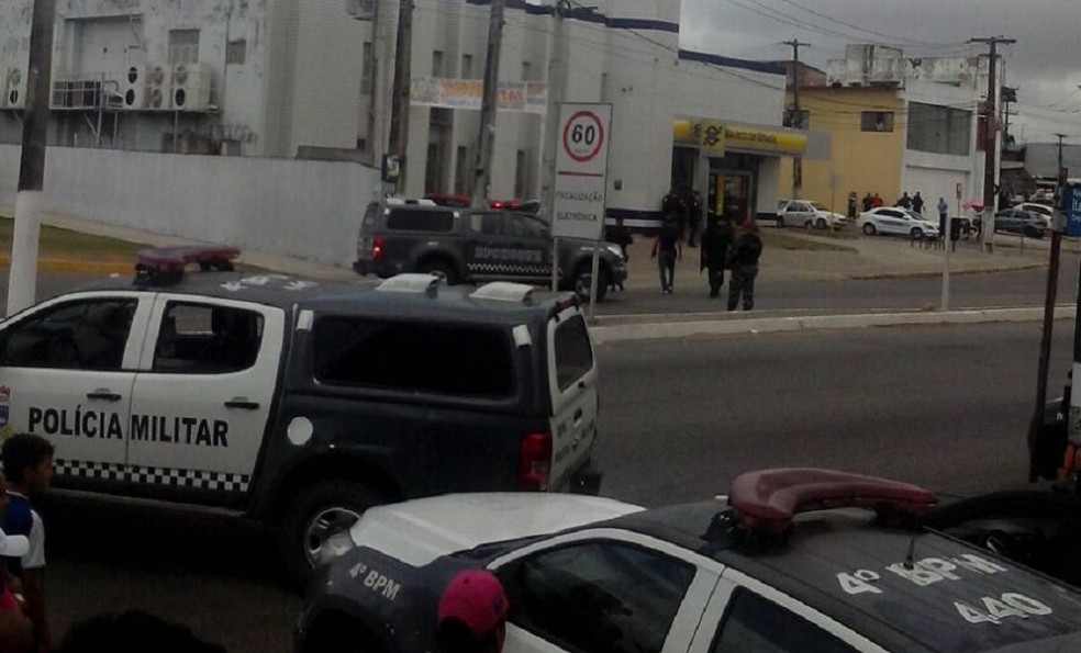 Polícia Militar cerca agência do Banco do Brasil na Zona Norte de Natal, onde gerente é feito refém (Foto: John Lennon Matias da Silva)