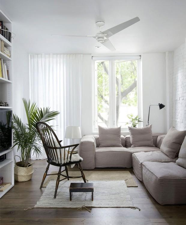 A cartela de cores claras prevalece na sala de estar da casa (Foto: Indecora/ Reprodução)