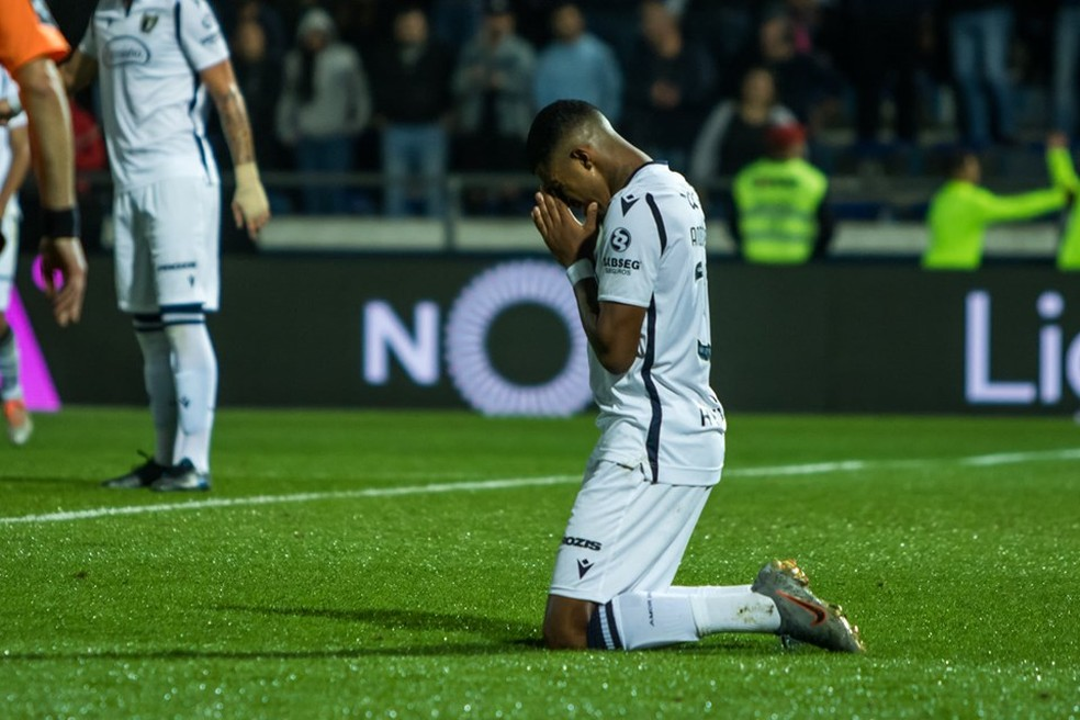 Anderson Oliveira comemora um de seus dois gols pelo Famalicão contra o Belenenses — Foto: Divulgação/Famalicão