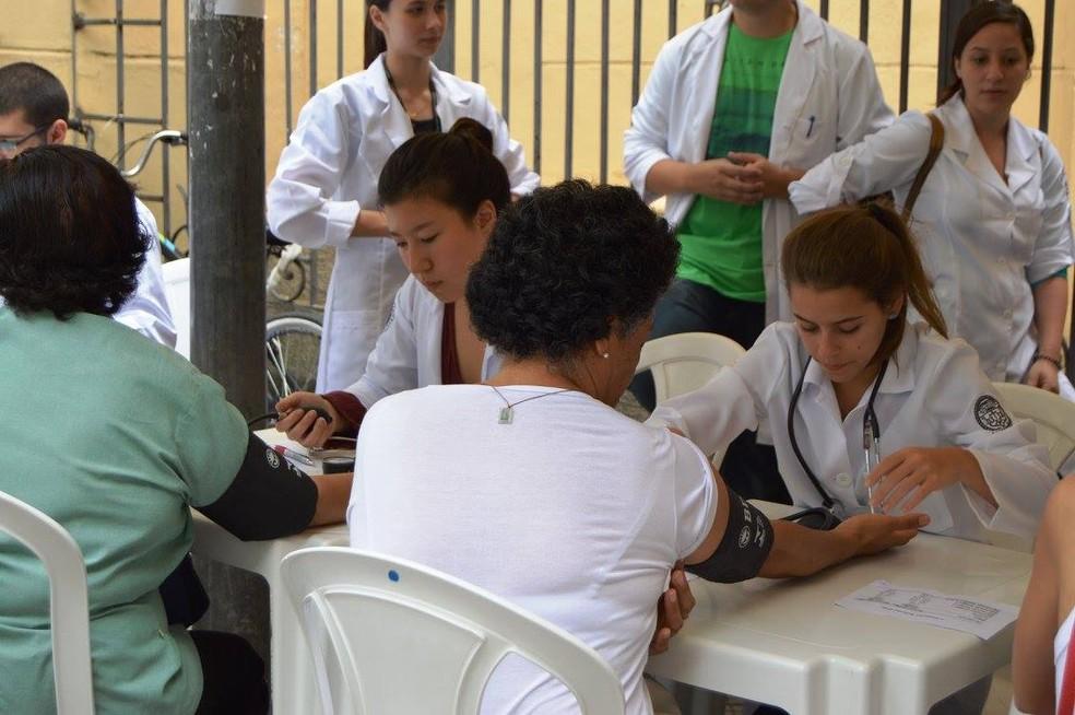 Prática aliada à teoria: estudantes de graduação da Faculdade de Ciências Médicas da Santa Casa de São Paulo durante atendimento à comunidade do bairro em que estudam, em abril de 2017 (Foto: Divulgação/FCMSCSP/Daiane de Andrade Oliveira)