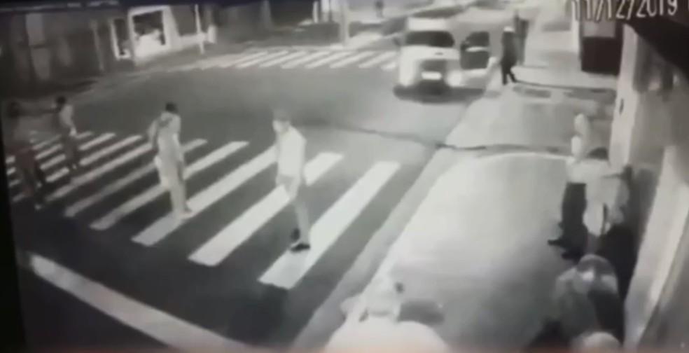 Assaltantes pediram para que reféns ficassem em pé na faixa de pedestres — Foto: TV TEM/Reprodução