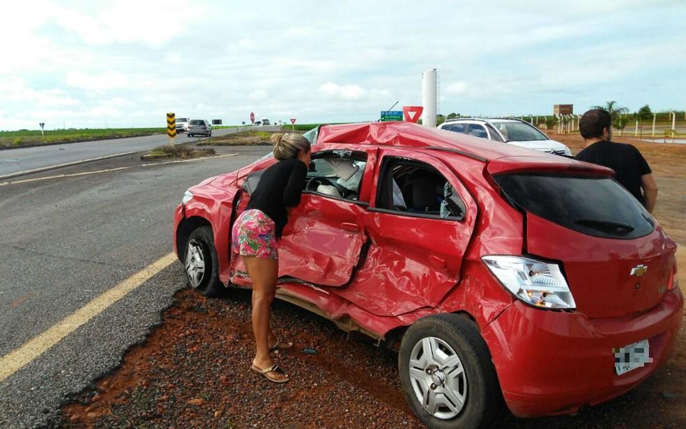 Carro ficou destruído após a colisão (Foto: Blogbraga/Edivaldo Braga)