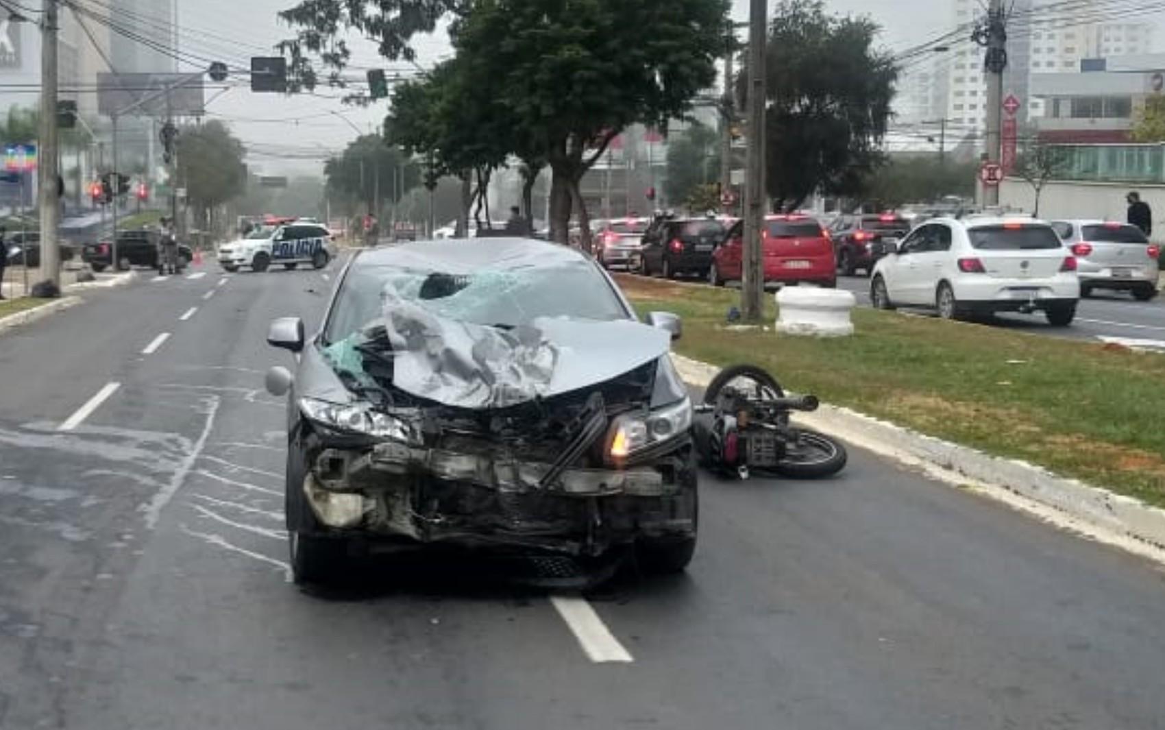 Motociclista morre após ser atingido por carro e moto ser arrastada por 40 metros em Goiânia, diz polícia