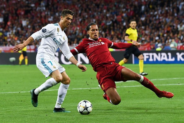 Cristiano Ronaldo e Virgil van Dijk durante a final da Champions League de 2018, entre Liverpool e Real Madrir (Foto: Getty Images)