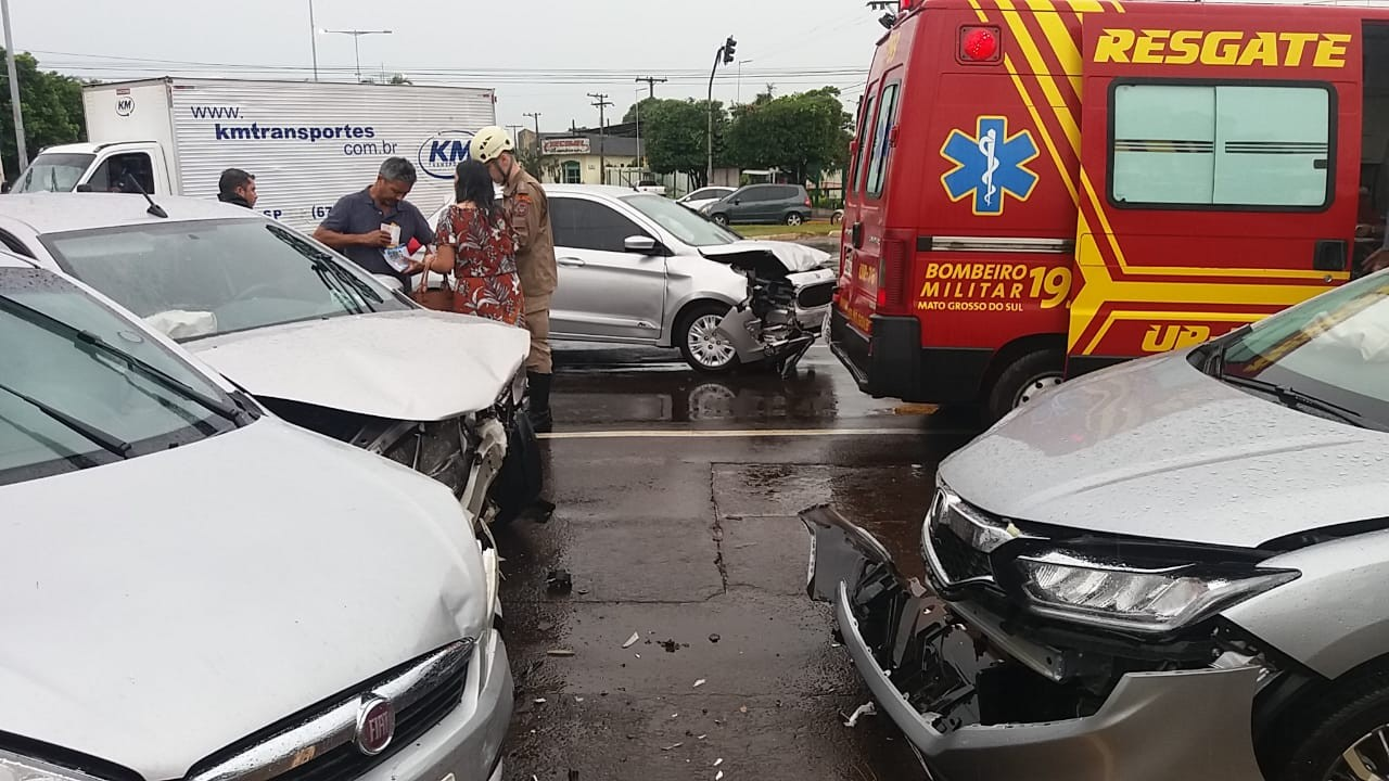Quatro pessoas ficam ficam feridas em acidente envolvendo cinco veículos na capital de MS